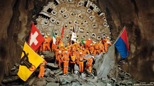 O Túnel de São Gotarde tem 57,1 quilómetros de extensão e até 2,3 quilómetros de profundidade. Passarão por ele, todos os dias, 260 comboios de carga e 65 de passageiros. Na sua construção também participaram operários portugueses.