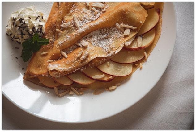 Süsse Crêpe mit Apfelschnitzen, Caramel au beurre salé und gerösteten Mandeln, Crêpes at home