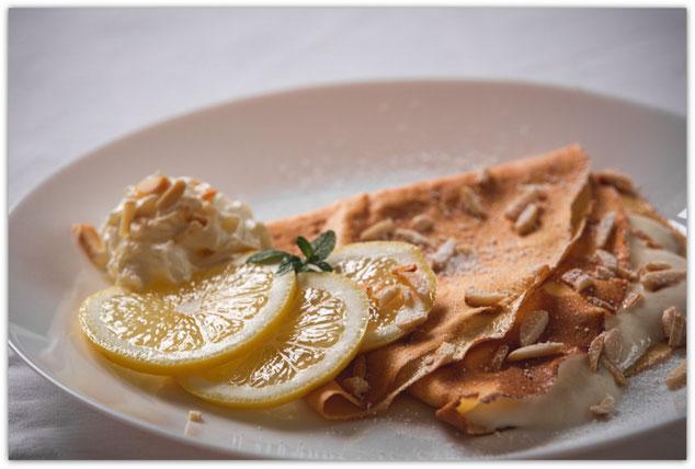 Süsse Crêpe mit Zitronen-Ricotta-Füllung und gerösteten Mandeln, Crêpes at home