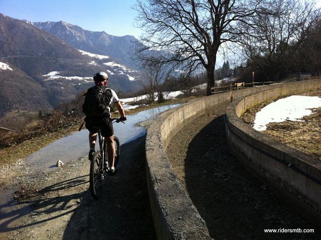 ecco il Ru d'Arlaz, l'antichisssimo canale per l'irrigazione tutt'ora utilizzato e funzionante