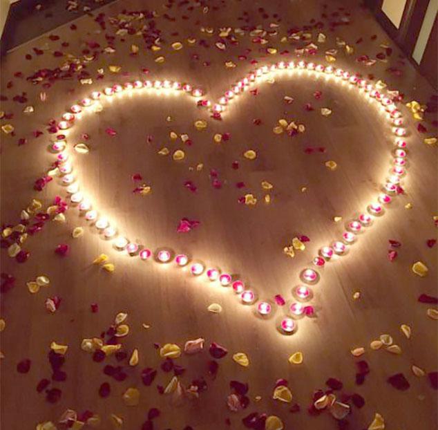 decoracion con petalos y velas para san valentin