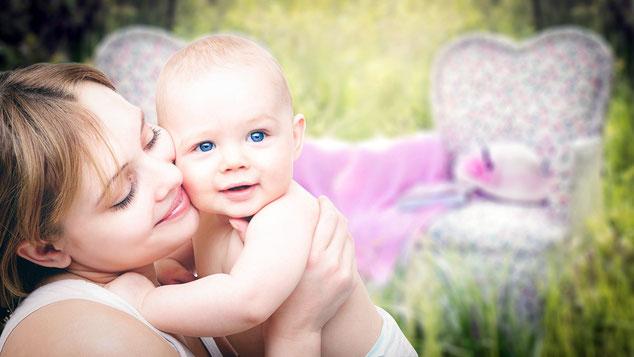 glückliche Mutter mit Baby Kinderwunsch