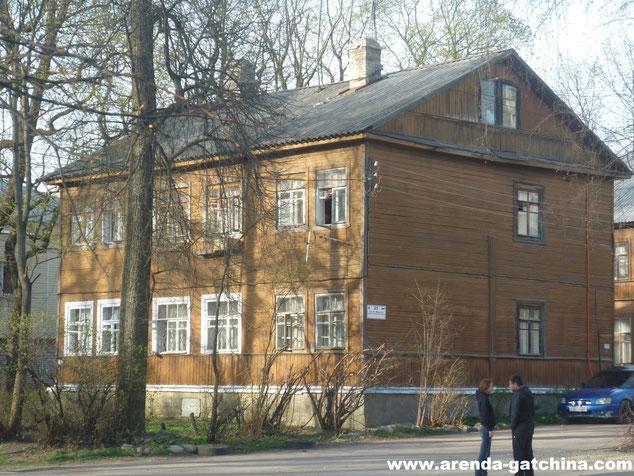 На фото: дом на Карла Маркса 25. г.Гатчина. 27 апреля 2014.
