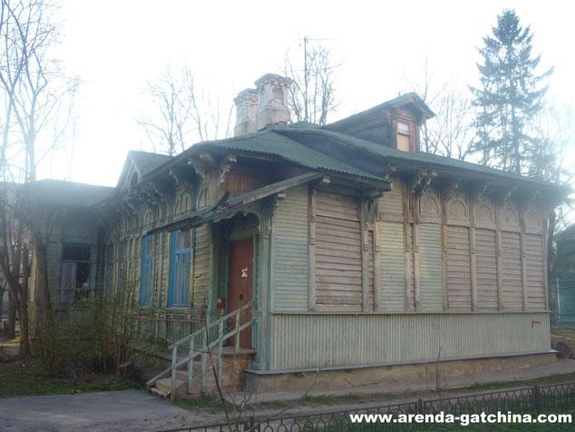 На фото: дом на Карла Маркса 15. г. Гатчина. Апрель 2014.