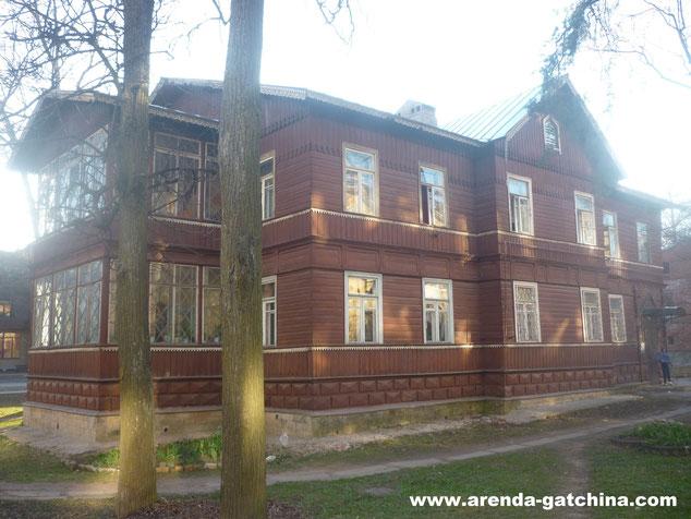 На фото: дом на Карла Маркса 11. г. Гатчина. Апрель 2014.
