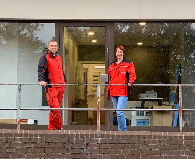 Oliver Borat und Ellen Apel vor dem neuen Büro im Mecklenburgring.
