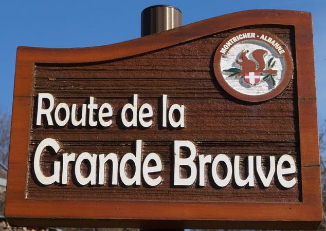 Le panneau de la Route de la Gradne Brouve surmonté du symbole de Montricher-Albanne, l'écureuil.