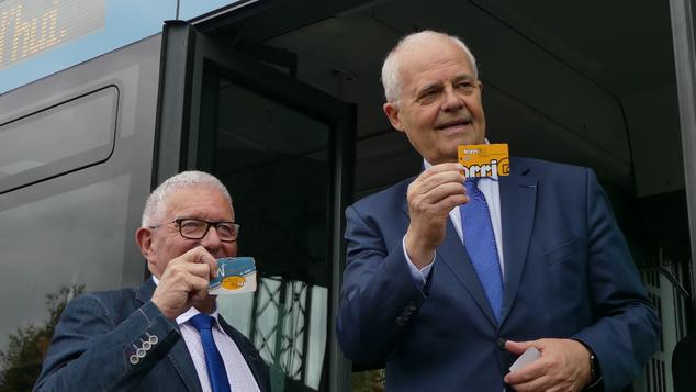 Claude Renoult, Président de Saint-Malo Agglomération et Gérard Lahellec, Vice-Président de la Région Bretagne en charge des Transports et de la Mobilité, présentent les nouvelles cartes KorriGo aux couleurs du réseau MAT à bord d'un Mercedes Citaro.