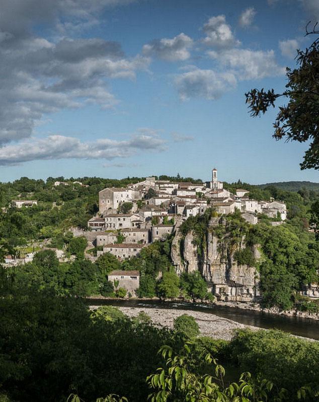 Balazuc classé parmis les plus beaux villages de France (sud Ardèche) en canoe kayac vous passez à ces pieds.