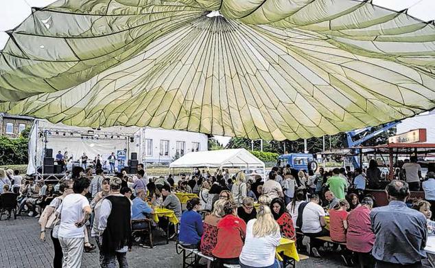 Das Gressenicher Sommerfest war in diesem Jahr sehr gut besucht. An den vielen Tischen wurde stundenlang nach Herzenslust geklönt. Fotos: Benjamin Zilkens