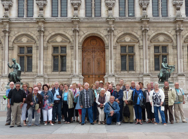 Plus de 40 visiteurs posent sur la Place de Grève deant la mairie. C'est à cet endroit que le peuple de Paris proclama la 1ère république le 4/9/1870