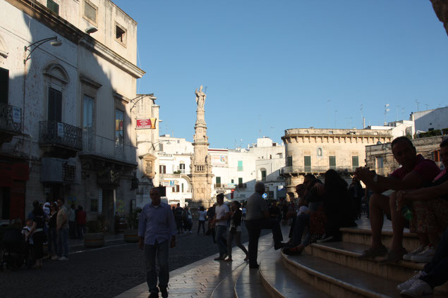 Piazza della Libertà mit der Säule des Schutzheilige Sant Oronzo, Ostuni