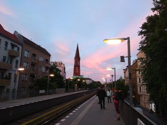 Un atardecer visto desde una estación del metro en el centro-sur de Berlín.