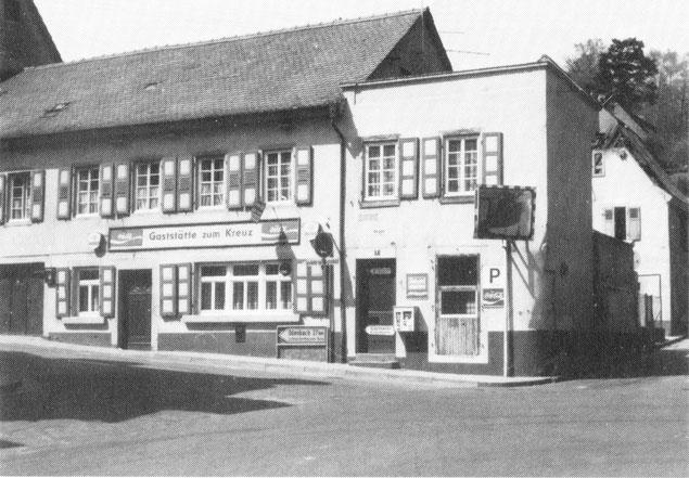 1985,  Gaststätte zum Kreuz. Kurz vor dem Abriss des Anbaues. Im Anbau wurde der erste Otterberger Imbiss eröffnet. Hier gab es die ersten Pommes Frites in der Tüte. Bild: K. Close