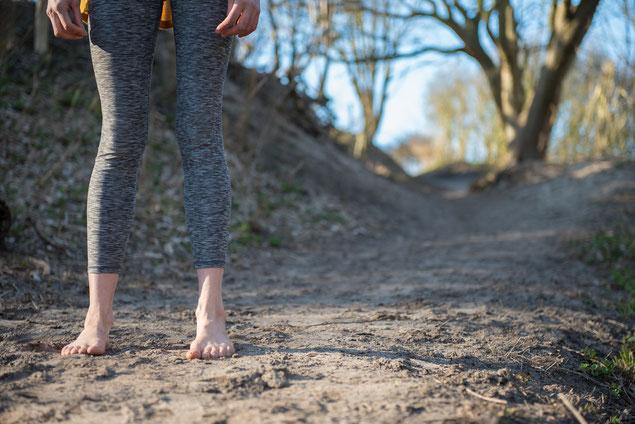 Blote voeten in het zand, rugpijn hielspoor natuurlijk bewegen pijn Linde Logtenberg