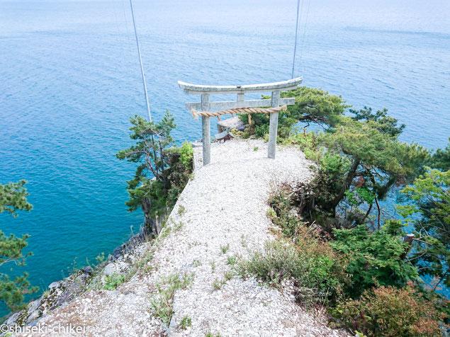 竹生島 龍神拝所の鳥居 鳥居に向かってかわらけ投げをする