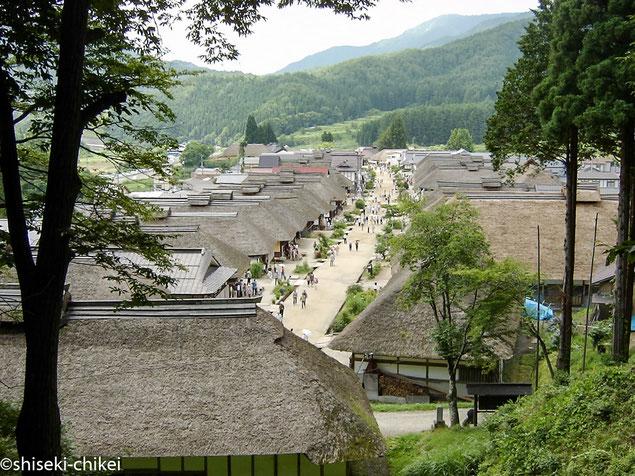 江戸時代、会津西街道(別称下野街道)の「半農半宿」の宿場。重要伝統的建造物群保存地区