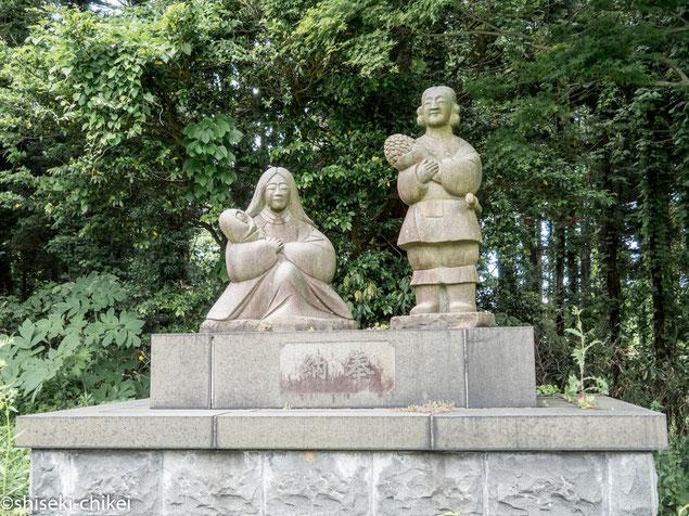 境内にある大国主命、奴奈川姫の石像。抱っこしているのは息子の建御名方命
