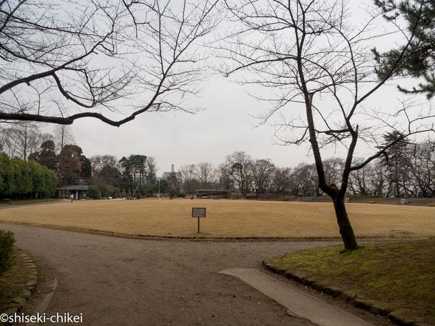 本丸跡は広い芝生公園