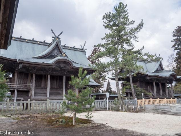 左が一の神殿、右が二の神殿、間に小さく見えるのが三の神殿