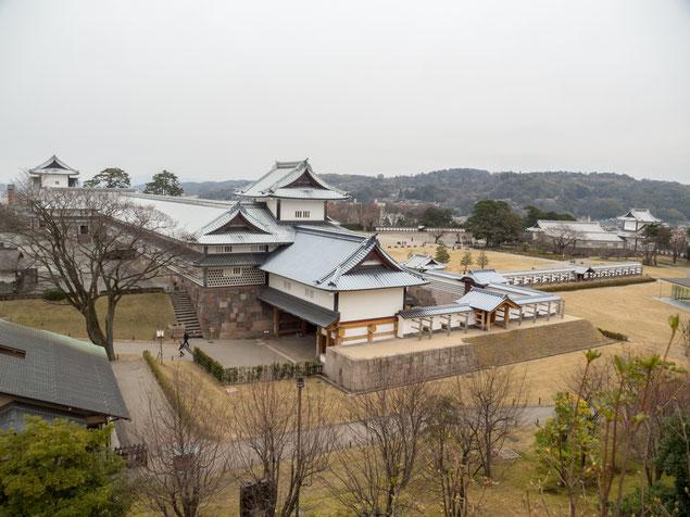 2017年3月31日撮影 戌亥櫓跡から五十間長屋・石川門方向を見下ろす