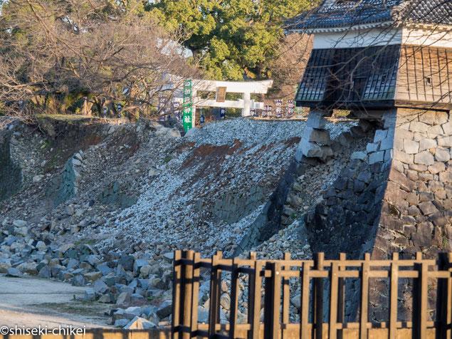 かろうじて隅の石に支えられている戌亥櫓