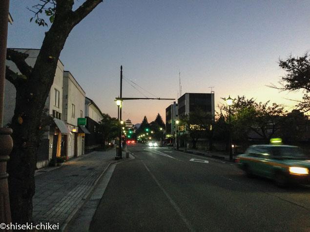 2013年10月13日撮影 道路奥に小さく見えるのが若松城