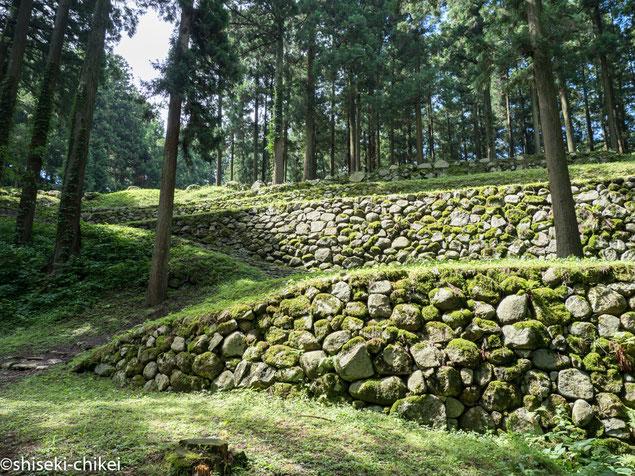 2017年7月3日撮影 調度丸から遊佐屋敷跡、本丸へと続く石段と石垣