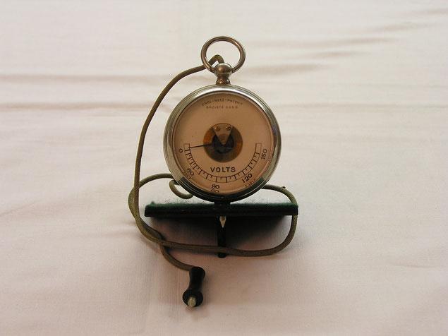 Unbekannter Hersteller - Taschenvoltmeter von 0 bis 150 Volt Gleichspannung.  ca. 1900