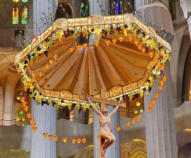 Детали интерьера Храма Святого Семейства в Барселоне