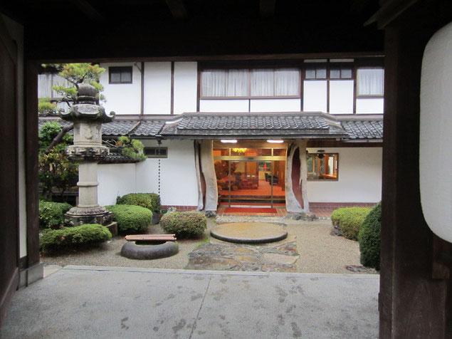 旅館「後楽」の入口ー建物は堀口捨巳設計・庭は重森三玲作と思われる