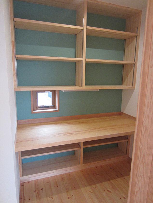 無垢の松板の机と本棚のある書斎コーナー