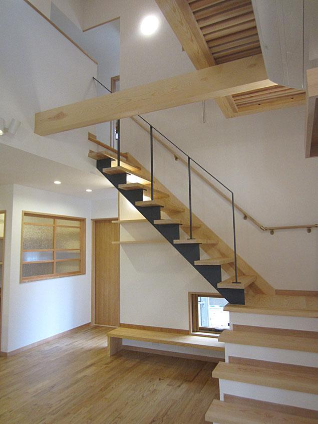 ZEH住宅では、断熱性能が高く広い吹抜のあるリビングが実現