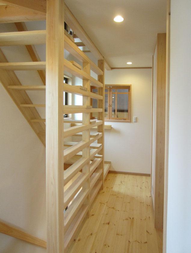 小屋裏のロフトに昇る階段