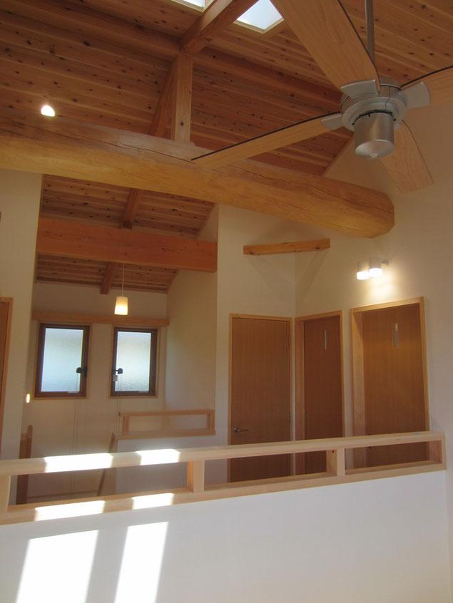 施主さんが希望した、2階ホール天井の松丸太の梁