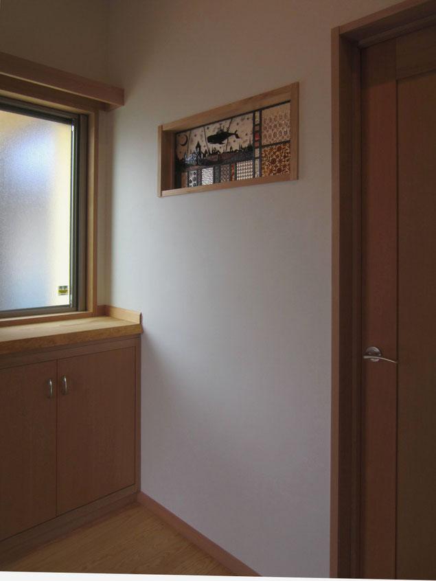 玄関ホールから見たステンドガラス