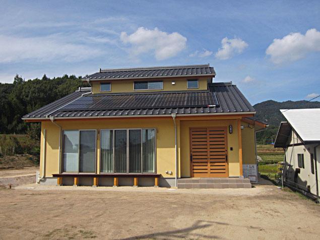 ソーラー発電と小屋兎裏収納のある切妻の和風住宅