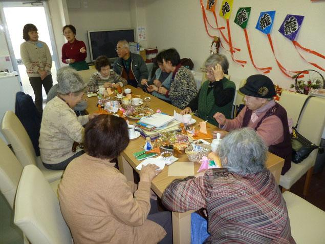みんなで折り紙づくりをしています