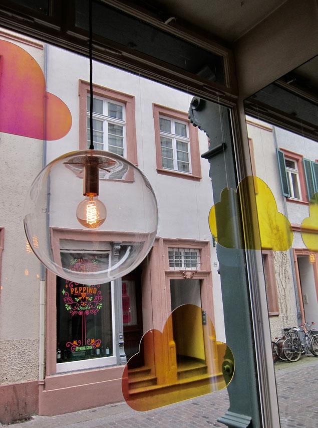Schaufensterdeko, Konzept für Schaufenster, Schaufensterfiguren, Schaufensterpuppen, Neonpony für Blutsgeschwister, Schauwerbegestaltung, Dekoration, Dekorateur Heidelberg
