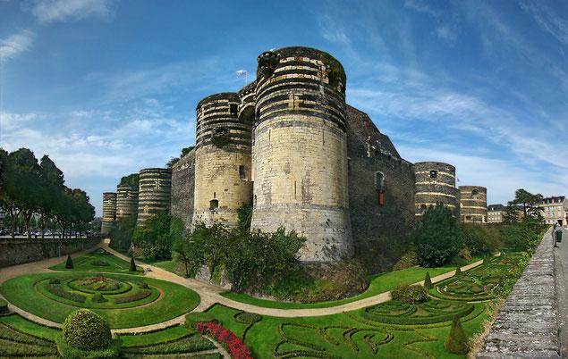 Porte des champs du Château d'Angers un jour d'été (source: Tango7174)