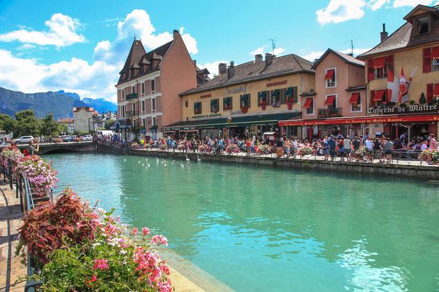 Vielle ville d'Annecy et ses canaux un jour d'été (source: antonin77)