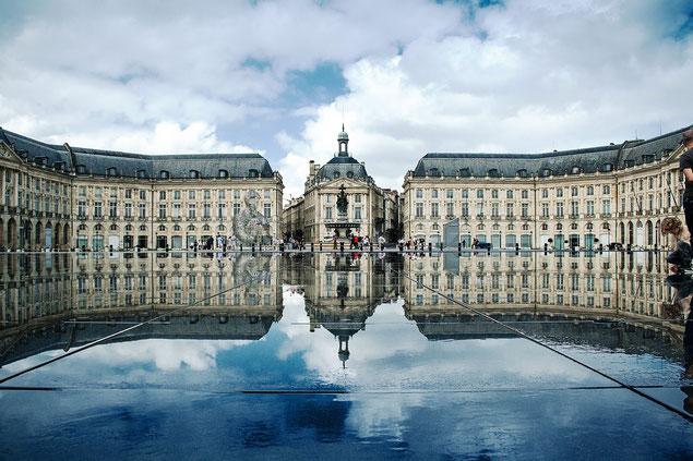 Place de la Bourse de Bordeaux et son miroir d'eau (source: Xellery)
