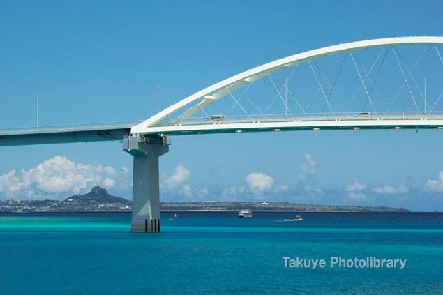 瀬底大橋と伊江島 沖縄の風景