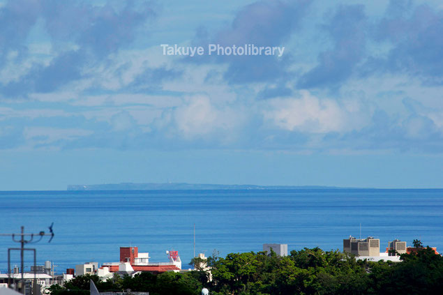 沖縄の風景 那覇から見える粟国島