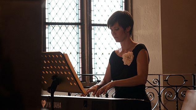 Katharina Litschauer spielt Klavier in der Pfarrkirche Grinzing