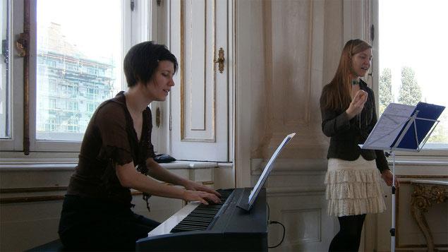 Katharina Litschauer und Jessica Slavik musizieren im Oberen Belvedere (Oktogon)