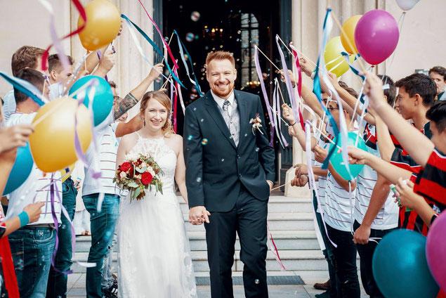 Astrid & Daniel werden mit großem Jubel vor der Kirche in Empfang genommen
