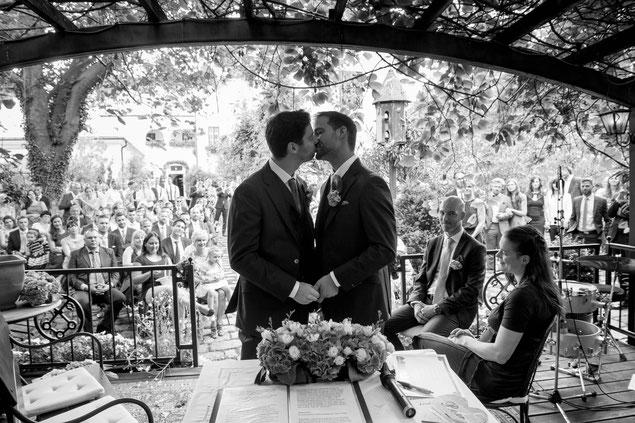 Christian und Michi bei der romantischen Zeremonie in der Laube des Melkerhof in Gumpoldskirchen