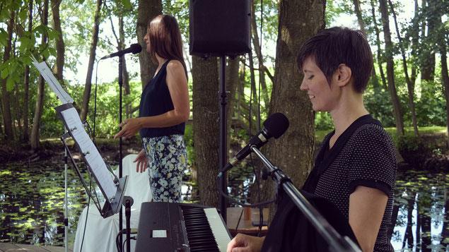 Nina Bauernfeind und Katharina Litschauer musizieren während einer Trauung auf dem Vedahof.