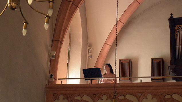 Lena Ruzicka singt in der Pfarrkirche Grinzing.